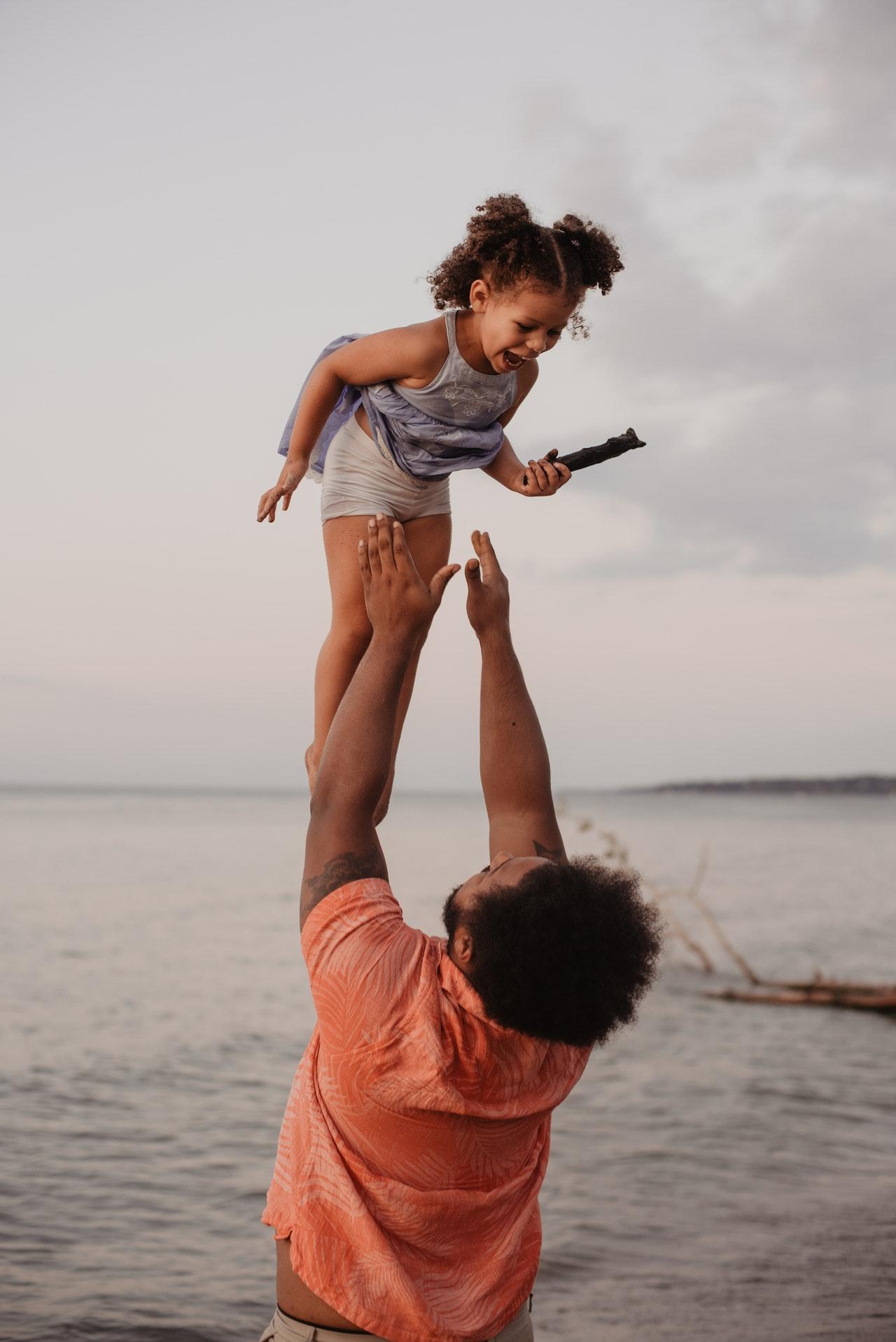 ojciec podrzucający dziecko
