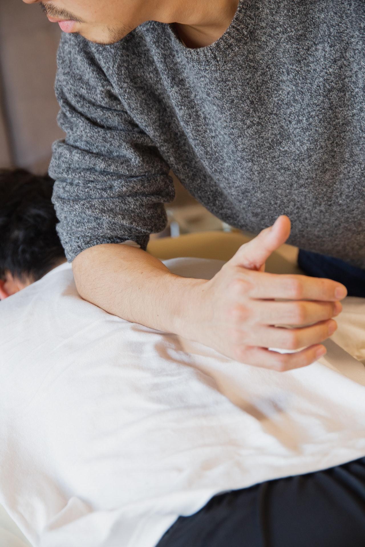 osoba wykonująca masaż